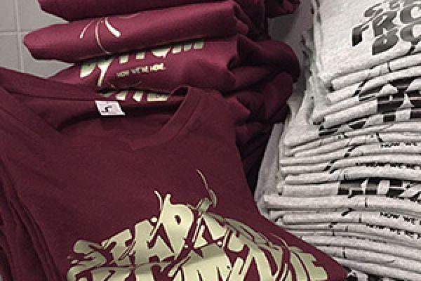Weinrote Shirts mit Druck