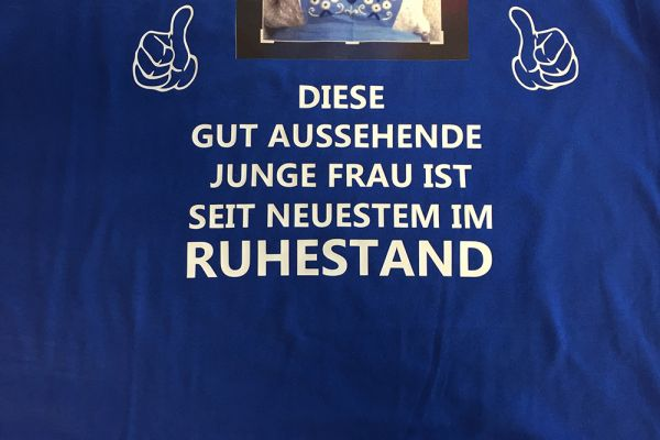 Blaues Shirt mit Aufschrift
