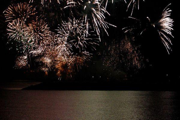 Feuerwerk bei Nacht am Wasser