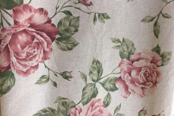 Weißer Vorhang mit roten Rosen